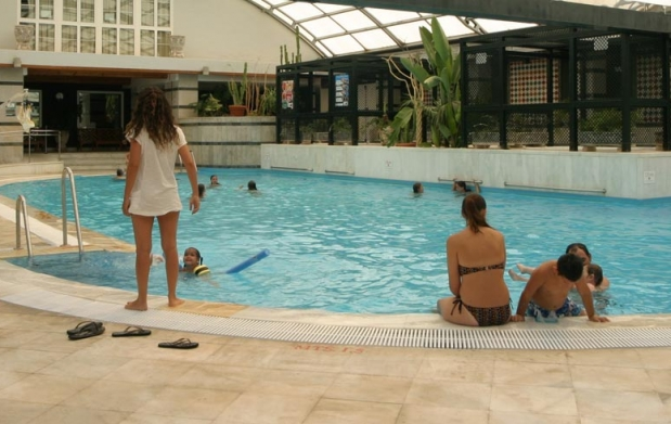 Alojamiento para 2 entrada piscina ticket telecabina for Entrada piscina